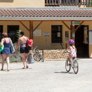 Vue extérieure de l'accueil du camping La Lénotte