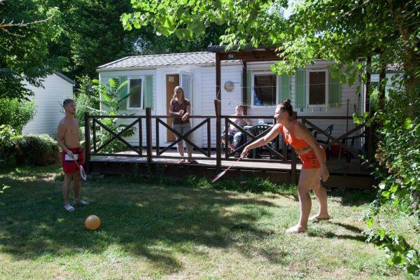 Activité en famille sur un emplacement de Mobil'home du camping La Lénotte