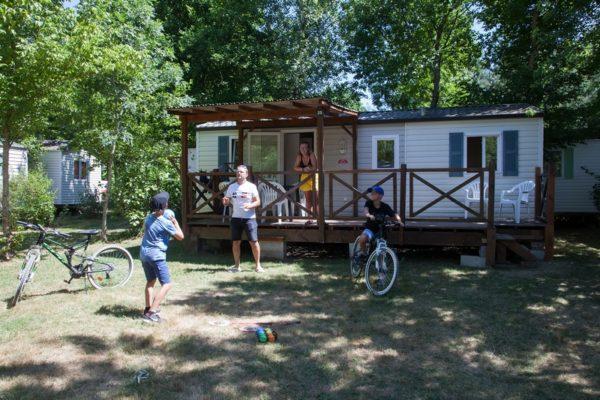 Vue extérieure d'un mobil'home pour 6 personnes au camping La Lénotte