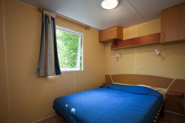 Chambre confortable lit double mobil'home La Lénotte