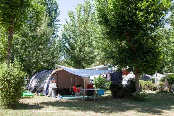 Emplacement pour tentes ombragé