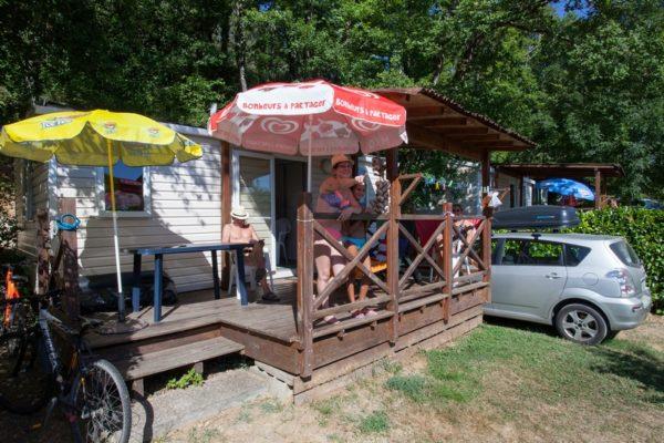 Terrasse ombragée d'un mobil'home 5 personnes du camping La Lénotte