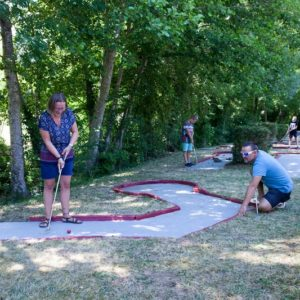 Mini-golf pour petits et grands au camping La Lénotte en Dordogne