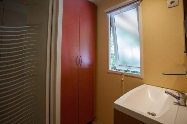 Salle de douche avec rangement au camping La Lénotte