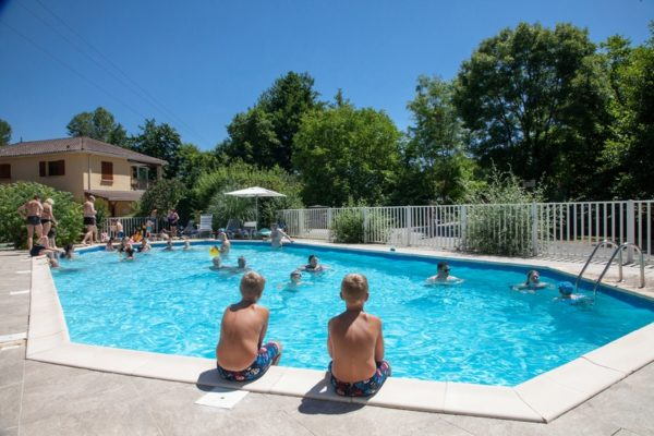 La piscine chauffée du camping La Lénotte