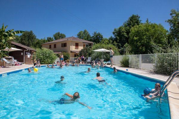 Le bassin de la piscine du camping