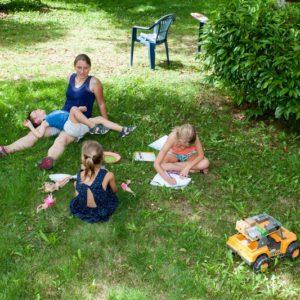 Moment en famille sur un emplacement de mobil'home en Dordogne
