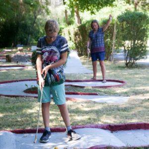 Activité mini-golf au camping La Lénotte