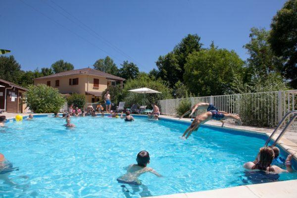 Convivialité à la piscine chauffée du camping