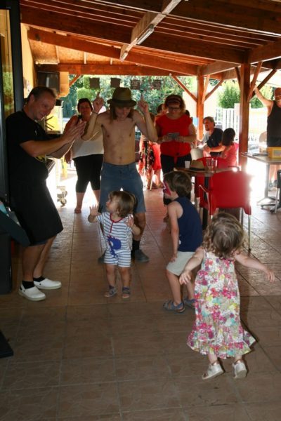 Animation dansante pour petits et grands au camping La Lénotte