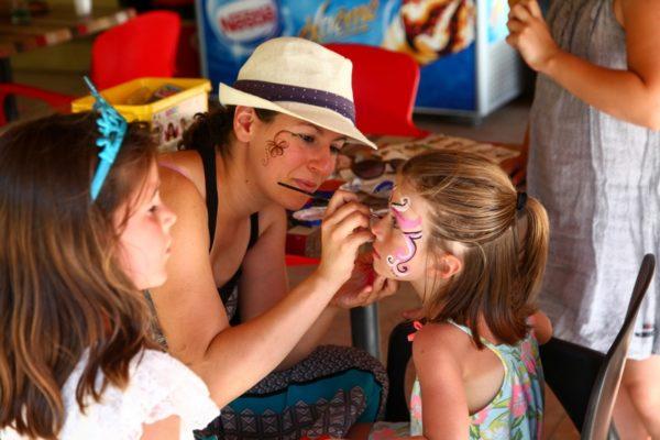 Atelier maquillage pour les enfants du camping