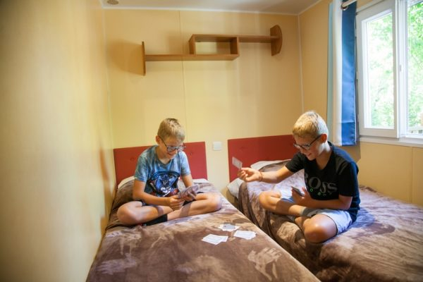 jeu en famille dans la chambre pour enfant d'un mobil'home 6 personnes