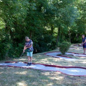 Activité mini-golf pour les enfants du camping La Lénotte