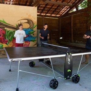 Partie de ping-pong conviviale au camping La Lénotte