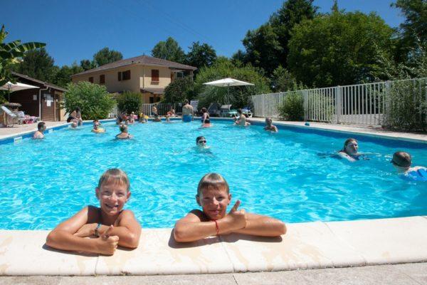 Enfants dans la piscine du camping sous le soleil