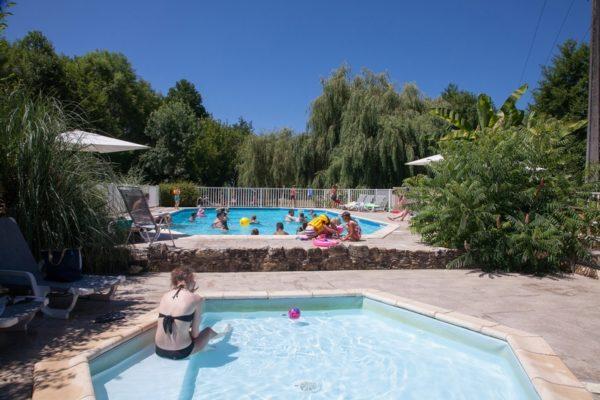 Espace piscine sécurisé pour tous au camping La Lénotte