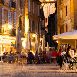 image de de la ville de Sarlat la nuit