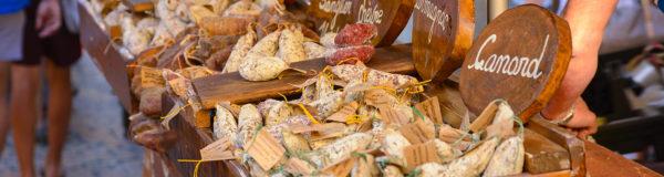 étales du marché de la ville de Sarlat