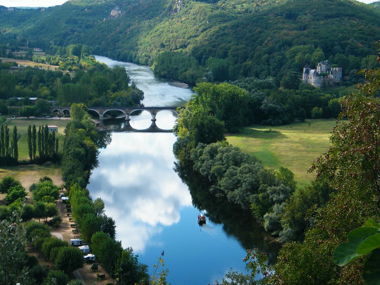 paysage verdoyant de la Dordogne